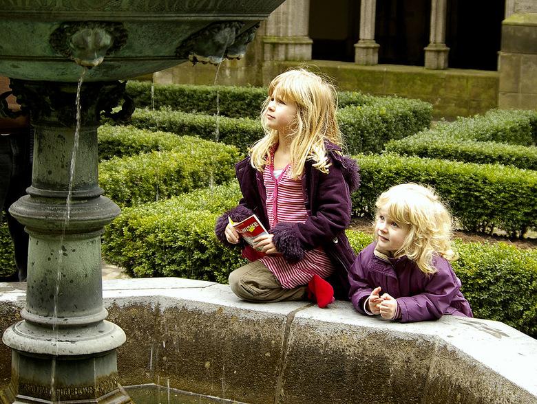 waar kijken ze toch naar? - In een hofje in Utrecht met een mooie fontein liepen eens 2 meisjes ....
