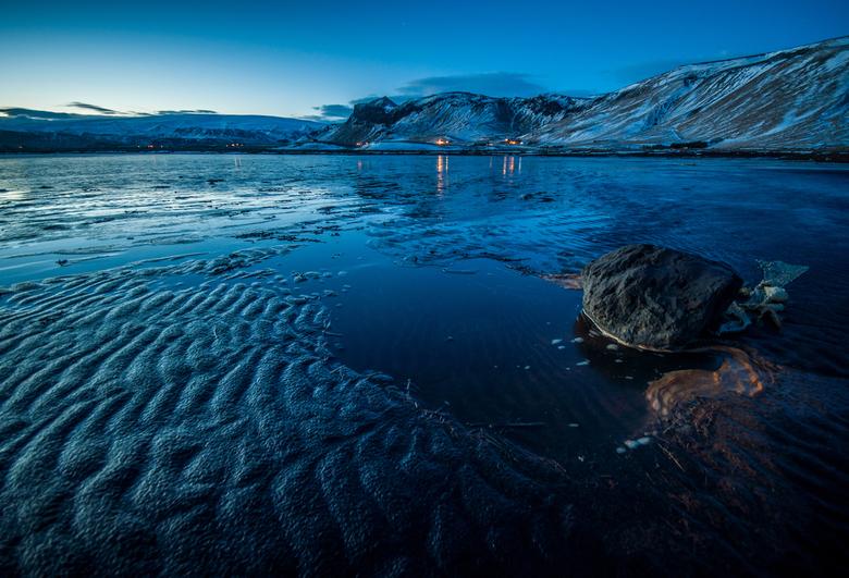 Blue hour in Vik, Ijsland - Blauwe uur, van het strand bij Vik. Op de achtergrond de gletsjers van de Vatnajokull.
