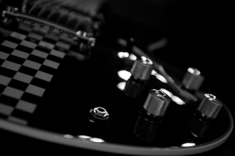 Jazz E guitar - wederom een zw/w foto van 1 van mijn gitaren, deze op F2.8, op de keukentafel, met de lamp erboven brandend!<br /> <br /> groet Erik
