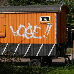 Mooie oranje bouwkeet met graffiti