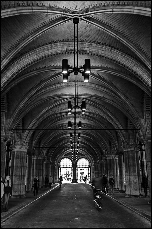 rijksmuseum 03 - De onderdoorgang van het RM is ook tevens ingericht als entree. Deze onderdoorgang is opgetrokken met prachtige gemetselde gewelven,