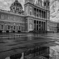 kathedraal in Madrid : opname na regen...