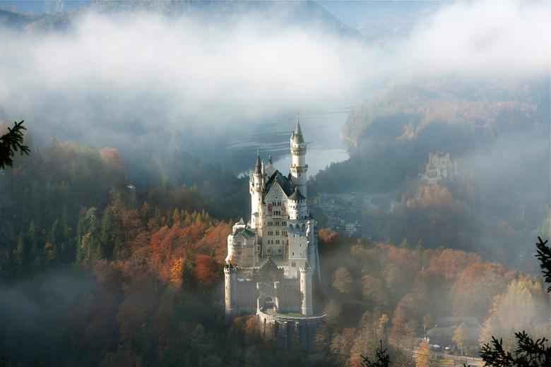 Sprookje - Veel fotograven komen naar kasteel Neuschwanstein om foto's te nemen vanaf deze kant. Die kent men vd ansichtkaarten. Eenmaal daar kom