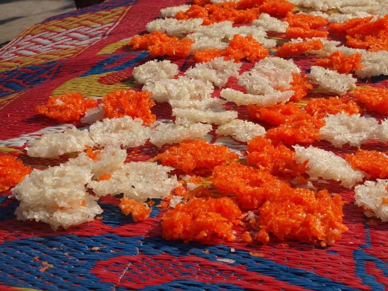 Rijst koekjes  - Langs de weg in Indonesie kom je vaak etenswaar tegen dat ligt te drogen. Hier vond ik rijstkoekjes