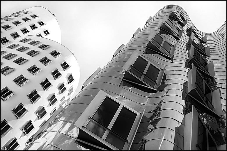 German architecture 12 - Werd er in de Jaren 80 van de vorige eeuw nogal eentonig en saai voor de massa gebouwd, zo wordt er nu gelukkig toch meer ges