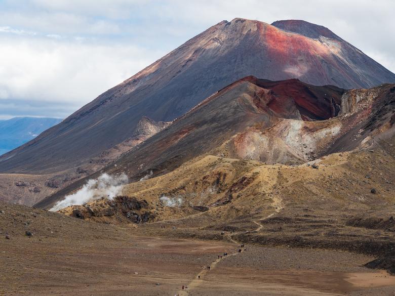 tonga3 - Nadat je het letterlijke en figuurlijke hoogtepunt van de Tongariro crossing gehad hebt, is het slim om nog even om te kijken naar de flanken