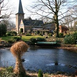 Langeveen, kerk met pastorie en tuin.