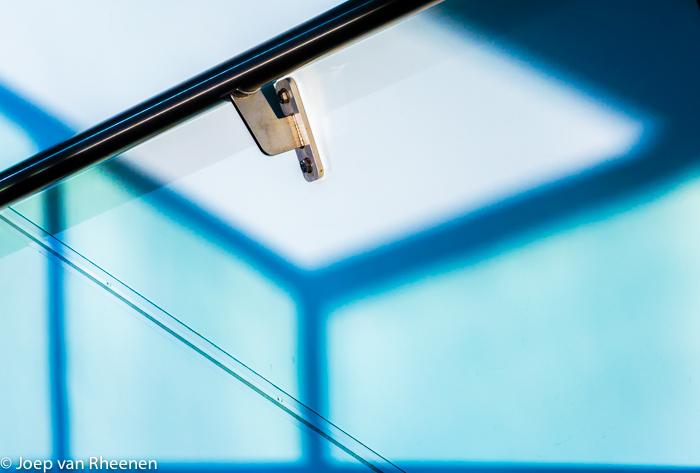 reflectie,  joep van rheenen - Een reflectie van de glazen afdekplaten van de trap op de muur.