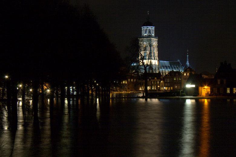 Deventer bij nacht - Hoog water IJssel bij Deventer 2011