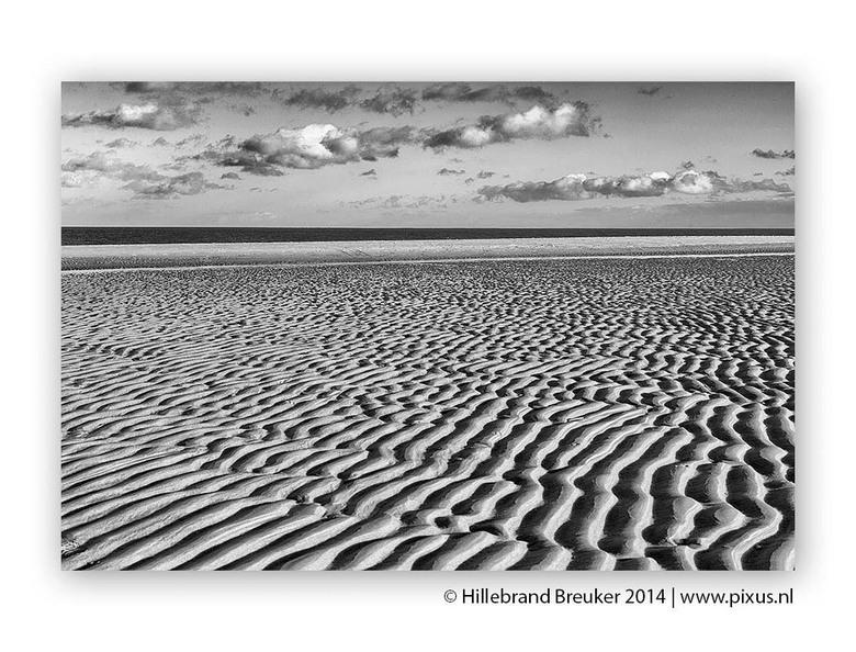 Structures - Het strand bij de Cocksdorp op Texel geeft als het eb is prachtige structuren in het zand.<br /> <br /> Om de nadruk op vorm, structuur