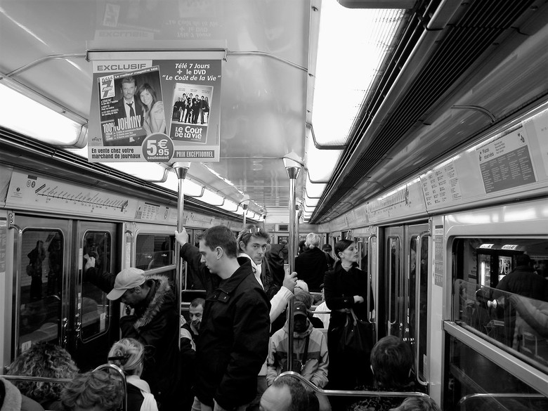 Eyecontact - Métro, boulot, dodo (oftewel metro, werk, slapen) is de bekende Franse leus die staat voor het monotone Parijse leven van werken en slape