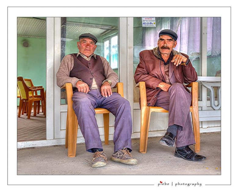 Hangouderen in Turkije - We gingen op een dag naar Nevsehir voor de ondergrondse stad en na afloop trof ik deze Turkse mannen aan. Op mijn vraag of ik