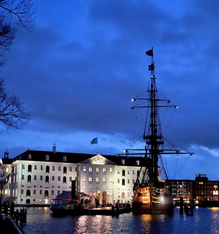 020 by night - Nacht over amsterdam en alle lichtjes gaan aan...Zicht op het Scheepvaartmuseum.