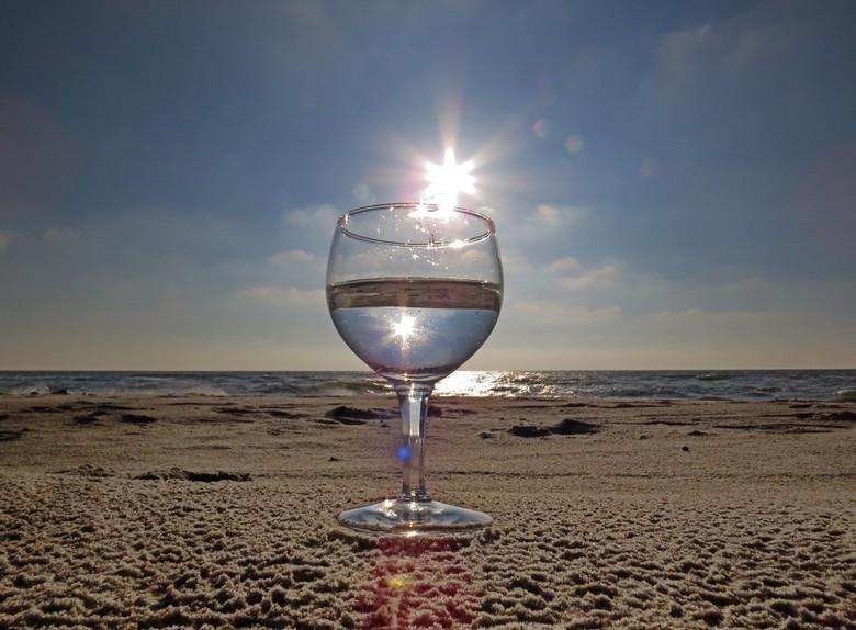 Golden beach - Nog één van de foto&#039;s van het strand met glas en spiegeling. Het zonlicht gevangen op de rand van het glas.<br /> Iedereen bedank