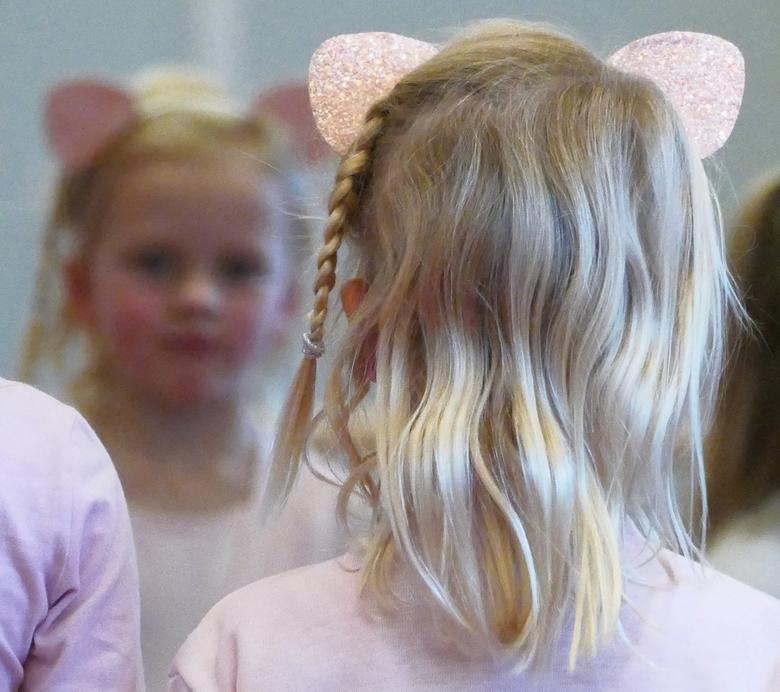 Detail uit balletles - Vorige week was er een balletles van kleindochter Carmen welke (groot)ouders een keer mochten bijwonen. Al dansend kwam zij in