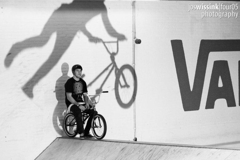 Writing on the wall - Tobias Freigang kijkt toe terwijl een andere rijder een trick uithaalt tijdens de #BRAAAB BMX contest bij 040 BMX Park in Eindho