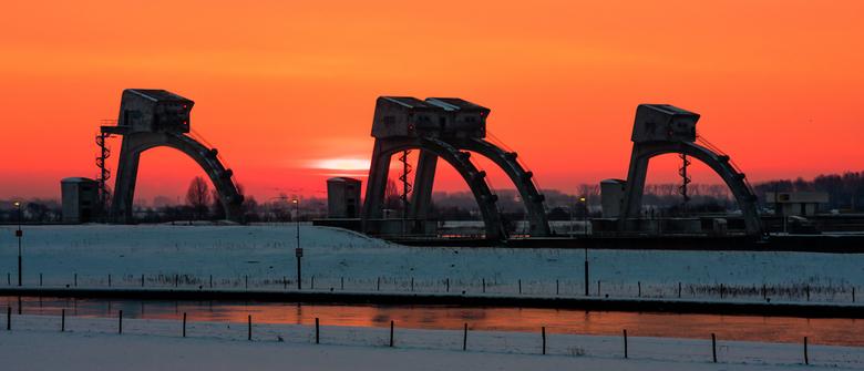 Morgenrood, Winter memories II - Vlak voor zonsopkomst, de stuw tussen Amerongen en Wijk bij Duurstede. Eveneens een herinnering uit de winter van feb