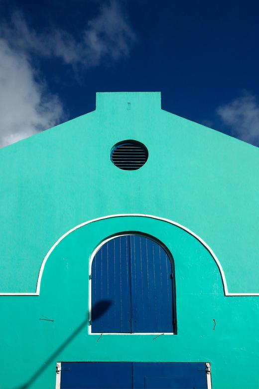 Antillen 11 - Het leuke van de Caraïben is de veelvuldig toegepaste felle kleurtjes. Dit oude pakhuisje was recent opgeknapt.