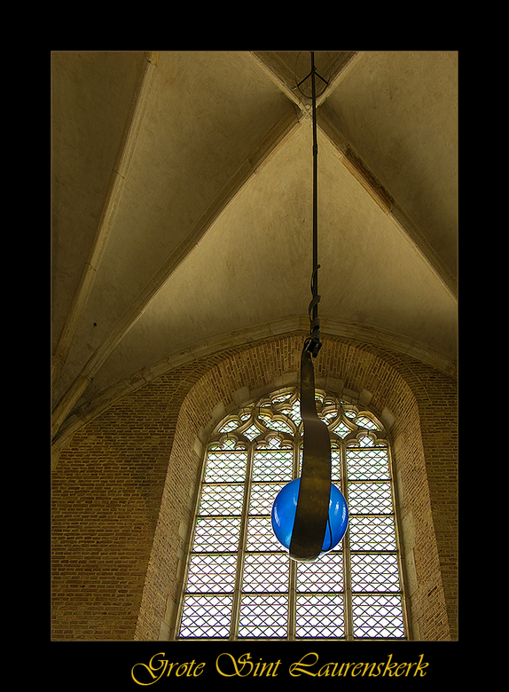 Een lampje - Wederom eentje van de Sint Laurenskerk in Alkmaar. De blauwe kap is van een lamp in de kerk.<br /> <br /> Gaarne in het groot bekijken,