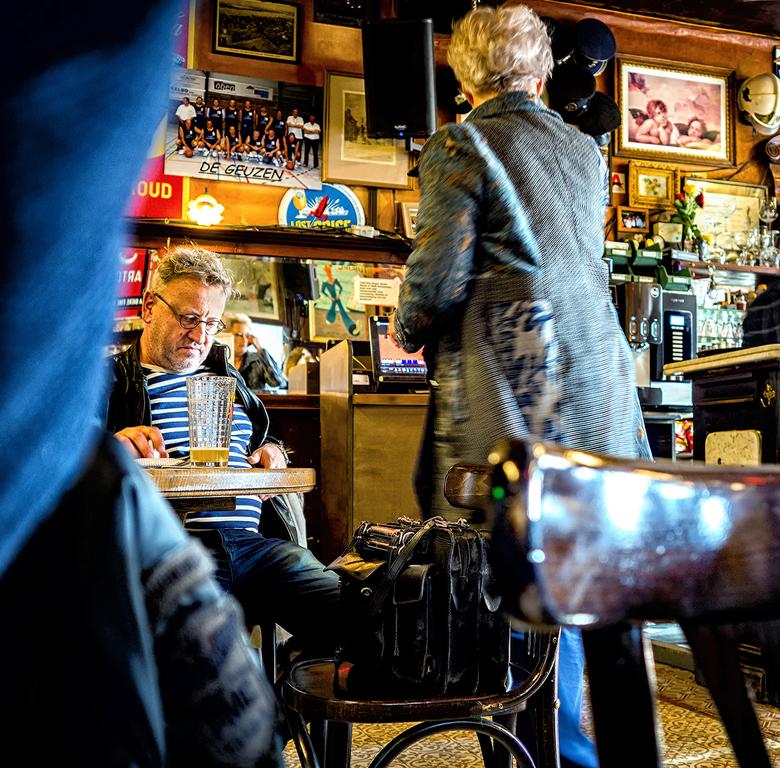Café Den Engel,,, - Ik zit met m'n rug naar de mensen toe, maar in de spiegel kan ik ongeveer zien, waar ik m'n camera op kan richten en ong