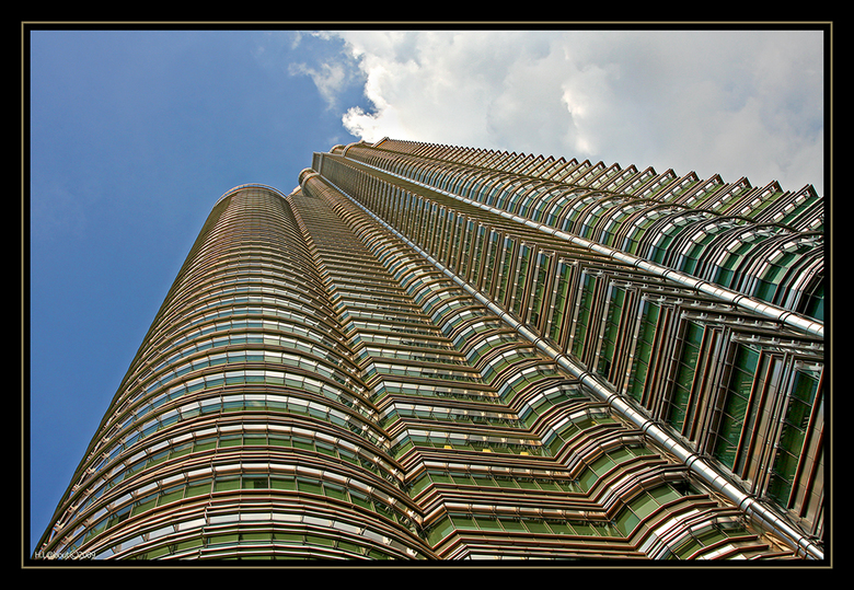 Petronas 3 - Wederom een upload van dit fraaie gebouw. Iets ander standpunt dan nummer 1 en net een fraaie wolk boven het gebouw.<br /> Prachtig om d