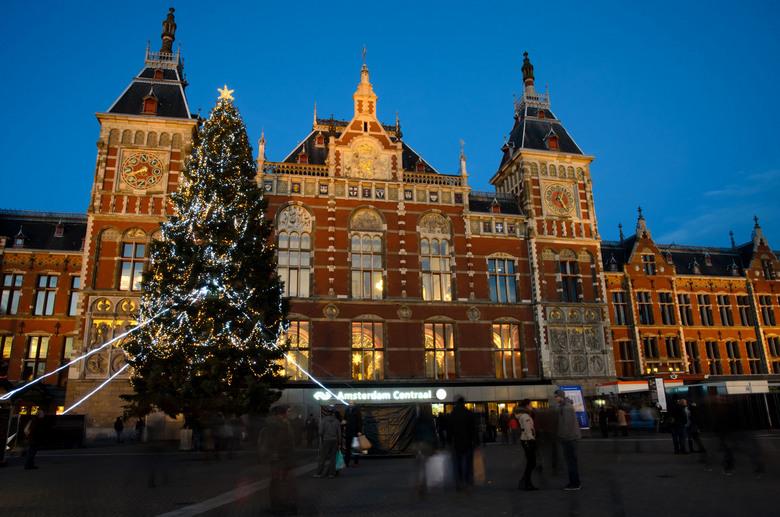 Kerstboom voor Amsterdam CS - Een kerstboom voor het centraal station van Amsterdam