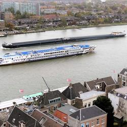 P1040610 Dordrecht van boven nr6  Oude Maas Tegenliggers 23okt 2018
