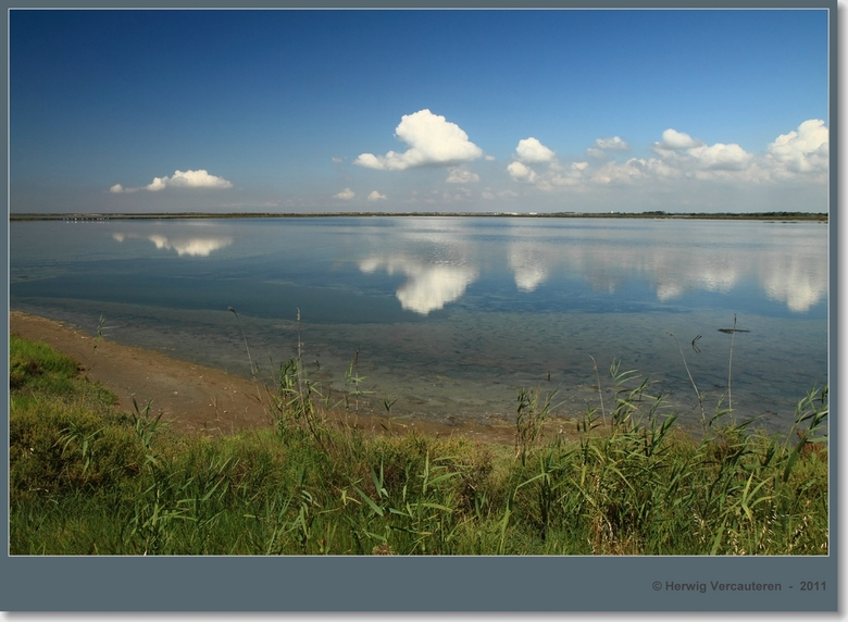 Etang de Vaccarès  - Wolkenspiegeling - Etang de Vaccarès (Camargue - Frankrijk).