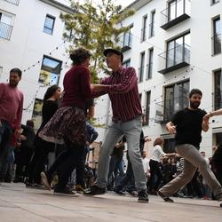 bailando en la plaza