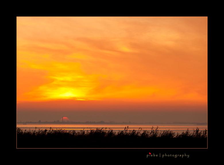 Sunset op het Tjeukermeer - Deze foto is al van een paar maanden terug. De zon gaat onder bij het Tjeukermeer, nog net is de watertoren van Spannenbur