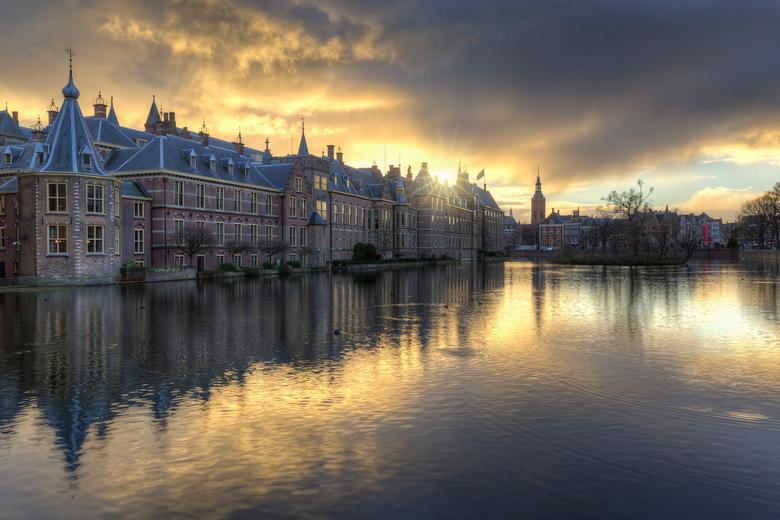 Donkere wolken boven het Binnenhof en Hofvijver - Binnenhof en Het Torentje weerspiegeld in de Hofvijver<br /> Canon 6d &amp; Canon F4 16-35
