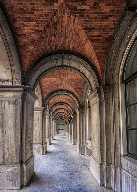 Repeterende Bogen Binnenhof  - Rustig op het binnenhof, tijdens voorjaarsreces.