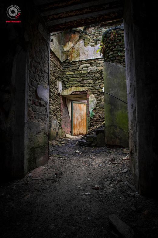 the green stairhouse - Een gedeelt van een vervallen trappenhuis in een verlaten fabriek.