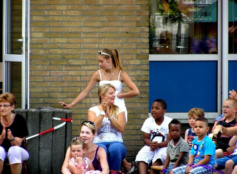 LAATSTE SCHOOLDAG 18-07-2013 APPLAUS - LAATSTE SCHOOLDAG 18-07-2013 <br /> <br /> Applaus voor de kids van de klassen bij de uitvoering.