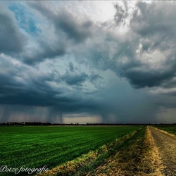 Onweers/ regenbui na lange hittegolf