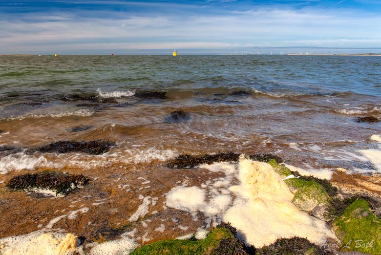 Noordzee met boeien - Veel vaarweg markeringsboeien en een enkele meetboei te zien op een mooie heldere dag.