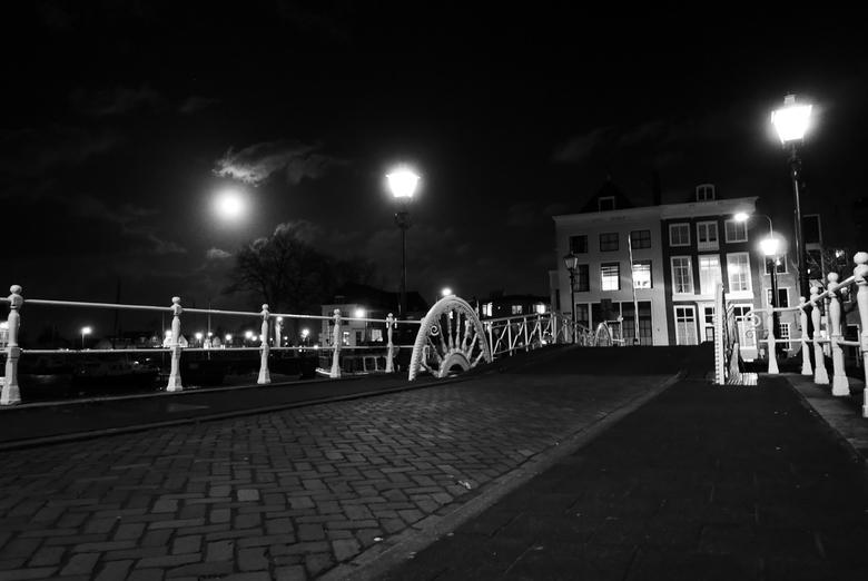 """Middelburg - Volle Maan - Volle maan in Middelbrug, Zeeland. Genomen aan de """"spijkerbrug""""."""