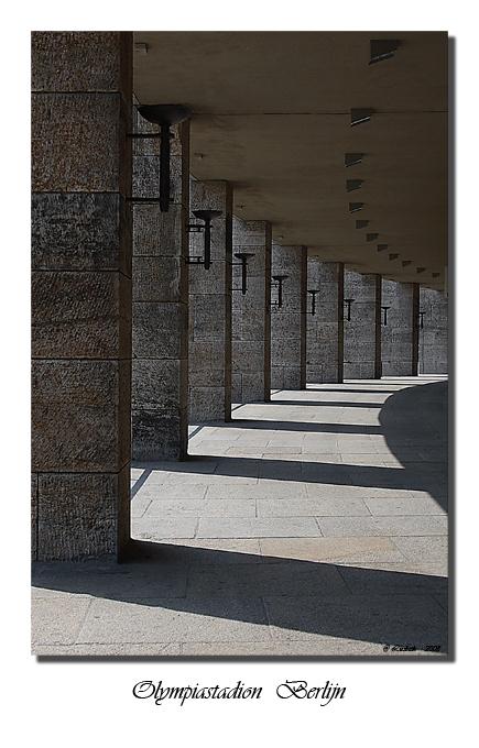 Olympiastadion  -  Berlijn  2 - Met z'n allen (11personen) naar het Olympia stadion in Berlijn,  dus heel veel foto's van de zelfde lokatie