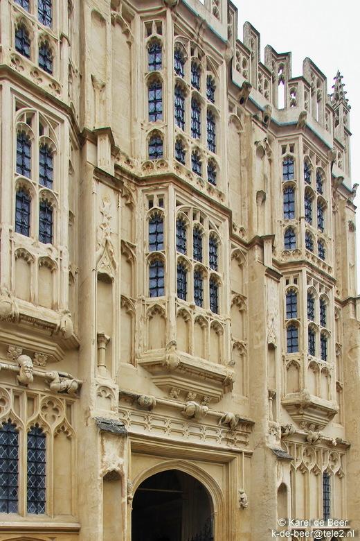 Cirencester 01 - Een goed standpunt voor dit gebouw is er niet. Het is pas gerestaureerd en de bouwhekken en -keten staan nog op het marktplein ervoor