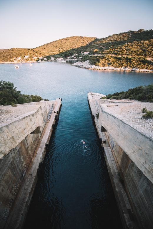 Bunker zwemmen. - Genieten van een verfrissende duik in de avondzon. Toch wel speciaal zo zwemmen in een oude onderzeër bunker.<br /> <br /> Volg me