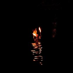 Een van de poppen met vuur.