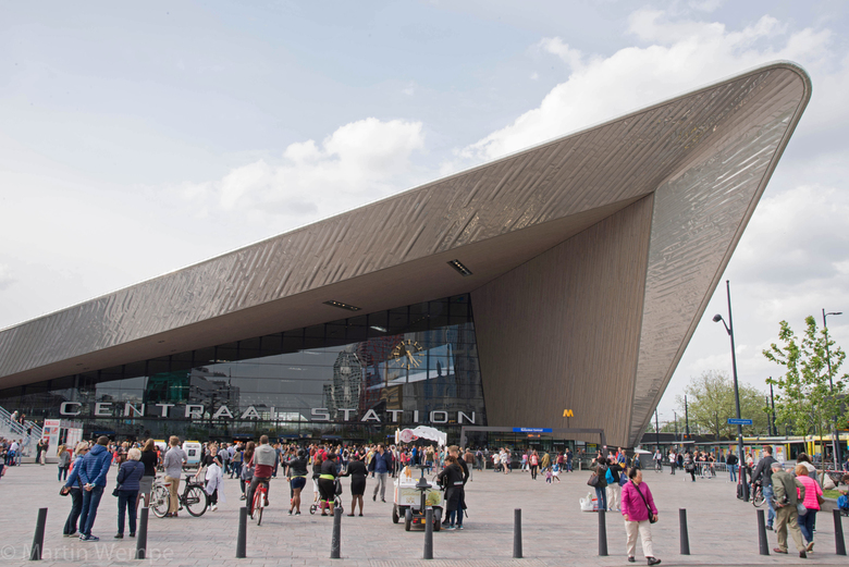 Rotterdam Centraal station A - Via het Centraal station kom je al door een van de veel bijzondere architectonische gebouwen deze stad binnen.