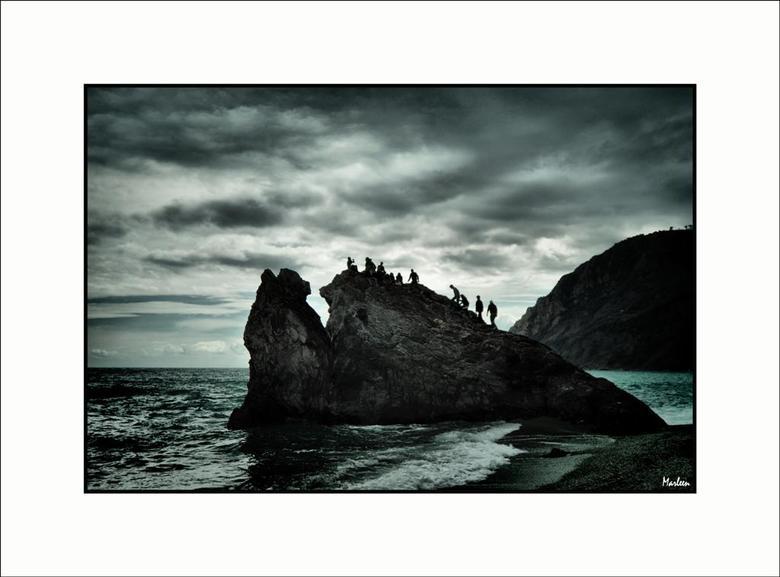 Met z'n allen ... - In het plaatsje Monterosso al Mare bij de Cinque Terra in Italië was het weer niet al te best. Net toen er donkere wolken aankwame