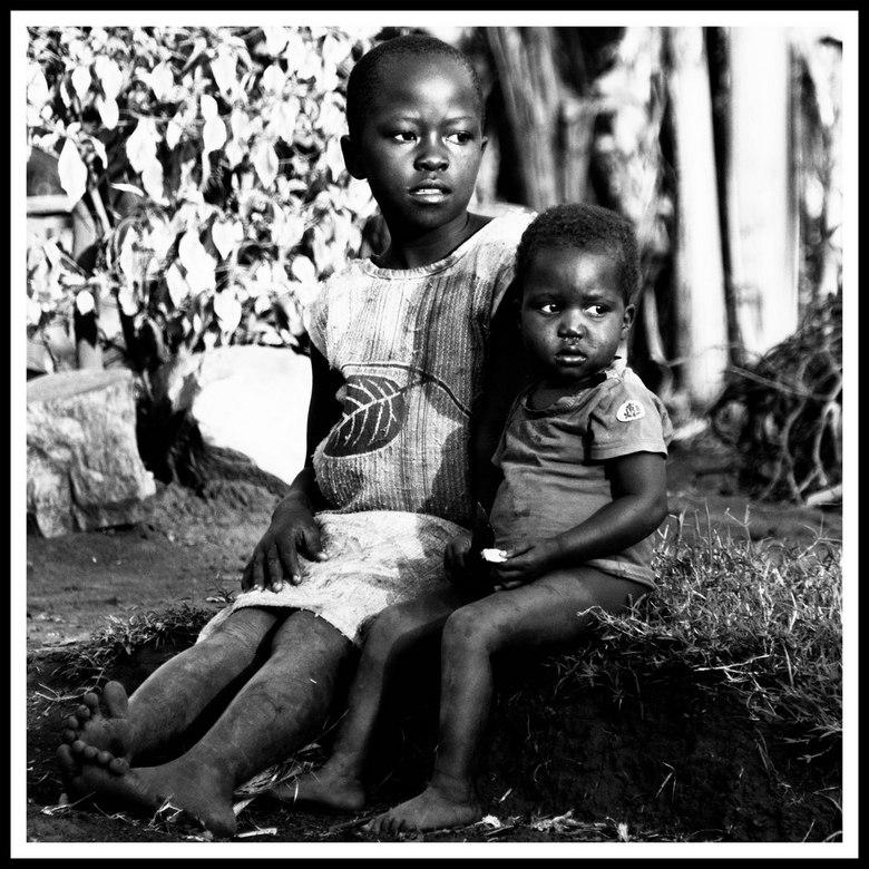Wat brengt morgen?  - Kinderen, met een angstige blik in hun ogen. Wat gaat er nog komen?<br /> Foto gemaakt  nabij Jinja , Oeganda.<br /> Foto omg