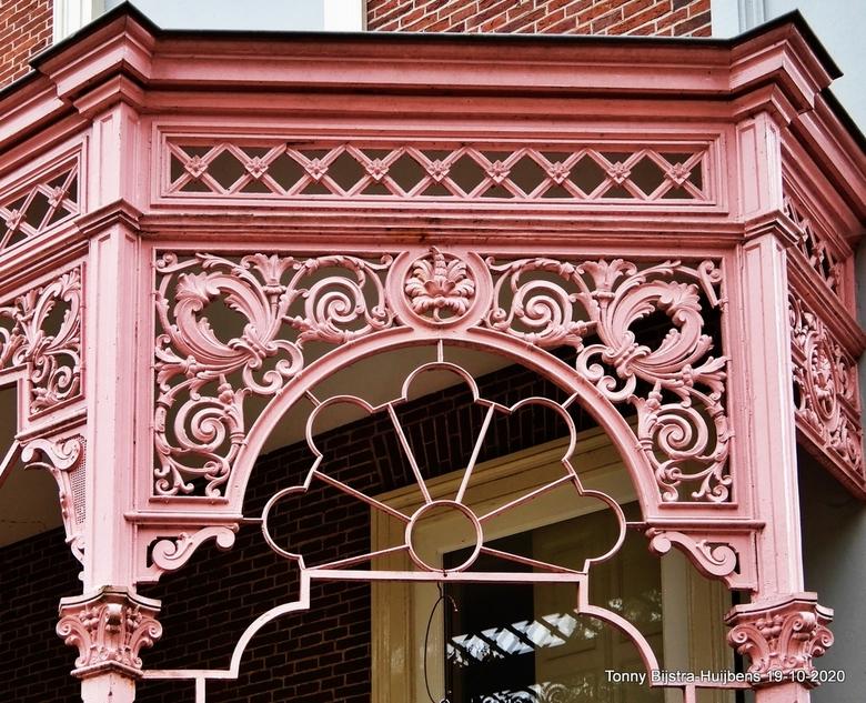 pink aanbouw - hoe pink wil je het hebben? het landhuis Sandwijck heeft opvallende aanbouwen in PINK. deze kant is open en met mooie motieven afgewerk