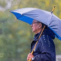 In de regen langs het voetbalveld