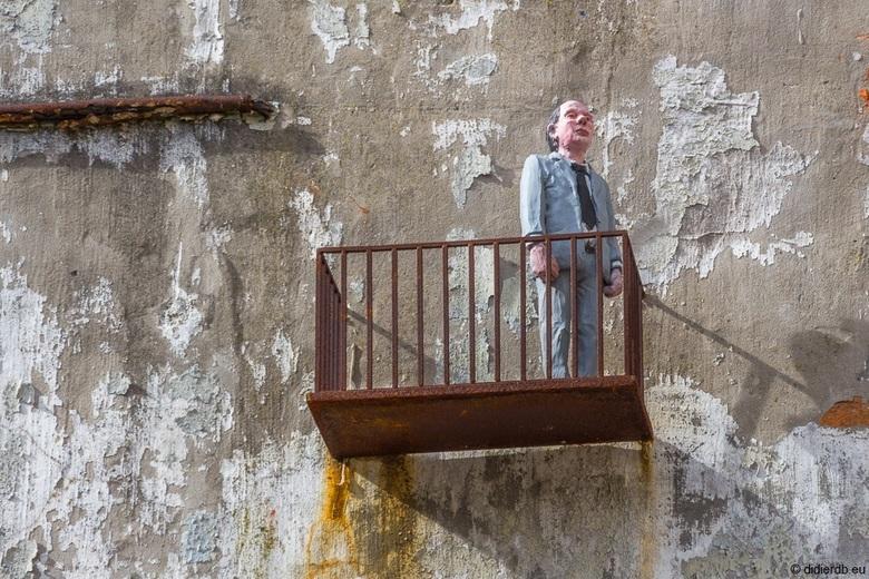 Roestig balkonnetje - Roestig minibalkonnetje aan een oude muur te Oostende
