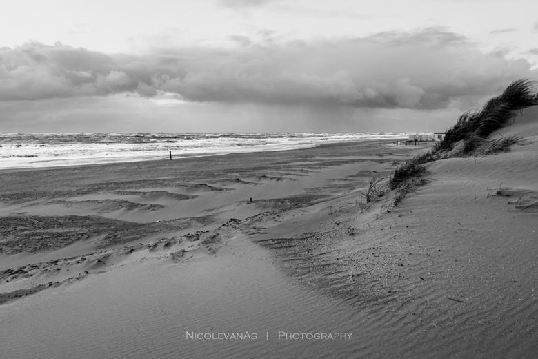 Rain is coming. - 1 oktober, strand paal 9 Texel.  Geen mooie zonsondergang.  Dreigende wolken, in de verte zie je de regenschermen.  Even later werd