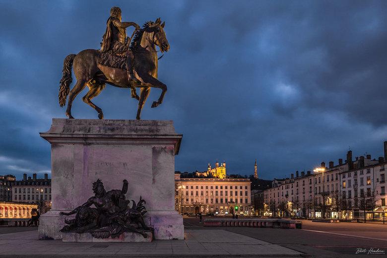 Lyon - Place de Bellecour met beeld van Lodewijk XIV en op de achtergrond de Notre-Dame de Fourvière - Lyon | France.