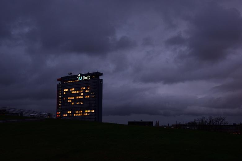 Faculteit EWI onder bewolking - Faculteit elektrotechniek, wiskunde en informatica (EWI) van de TU Delft bewust onderbelicht gefotografeerd. De donker